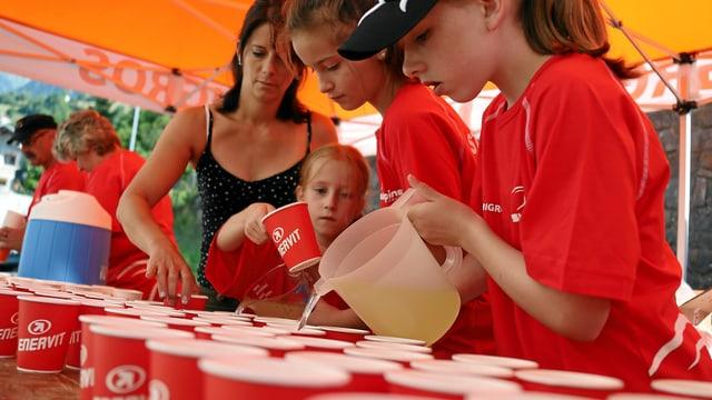 Kinder schenken Getränke aus