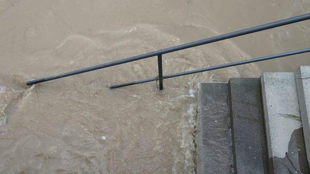 Treppe, die in Rhein führt