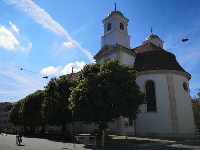 Kirche mit zwei Türmeb. Blauer Himmel.