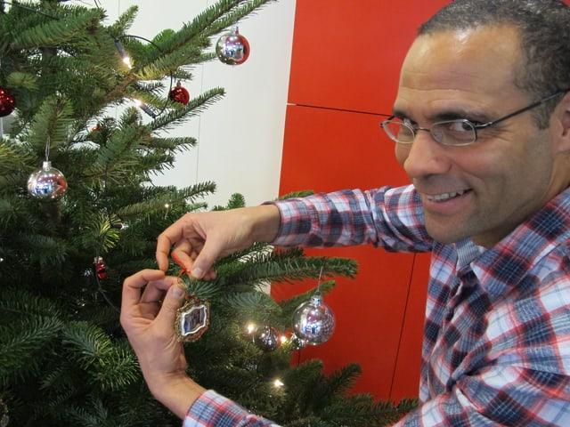 Mike La Marr beim Schmücken des Weihnachtsbaums.