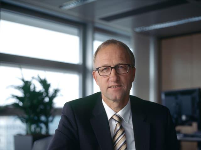 Der Finanzdirektor des Kantons Zug, Peter Hegglin in seinem Büro.