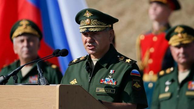 Sergej Schoigu an einem Rednerpult