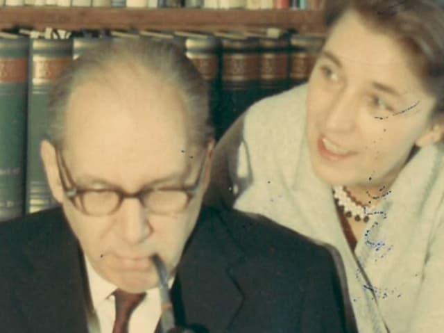Anuti Corti schaut ihrem Mann, Walter Robert Corti, über die Schulter.