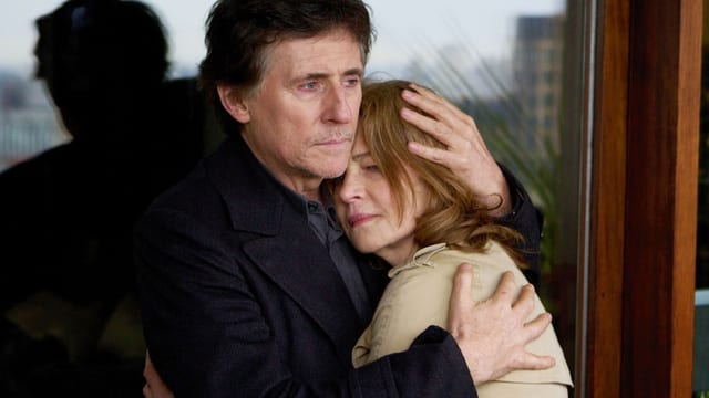 Ein Mann nimmt eine Frau in den Arm.