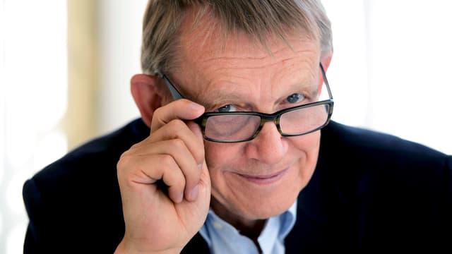 Hans Rosling blickt über den Rand seiner Brille.