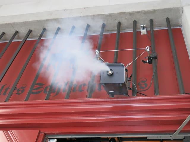 Duftwolke über dem Eingang zum alten Schlachthaus in Bern.
