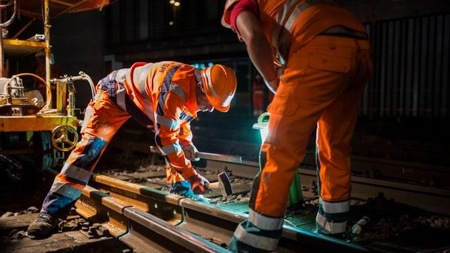 Bauarbeiter in der Nacht an Gleisarbeiten