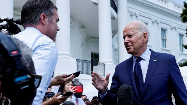 US-Präsident Joe Biden gibt vor dem Weissen Haus Reportern Antwort.