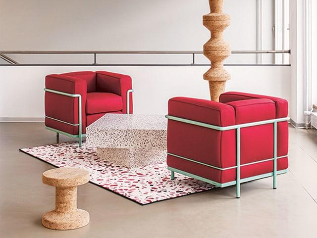 Zwei rote Sessel und Skulpturen aus Kork.