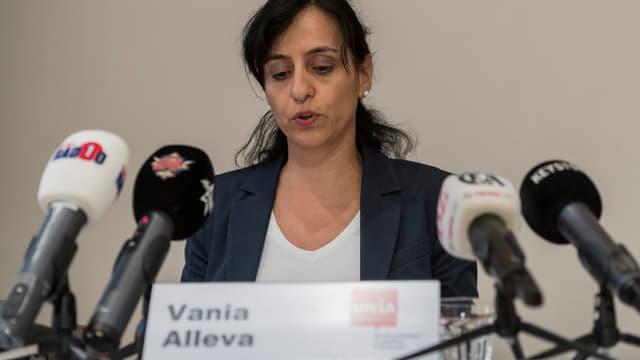 Vania Alleva an der Medienkonferenz, mehrere Mikrofone vor ihr.