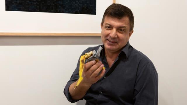 Mann hält Banane