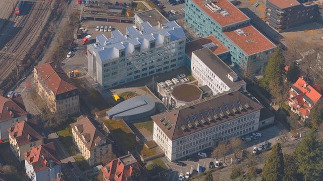 der Hauptsitz von Axpo in Baden von oben gesehen. ein altes und zwei neue Gebäude angelegt in einer U-Form