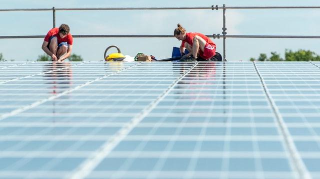 Arbeiter auf einem Dach.