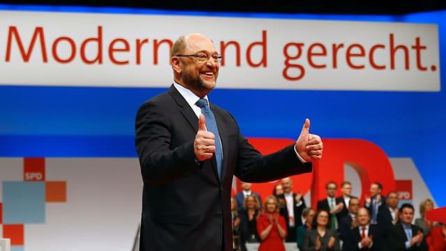 Martin Schulz mit Daumen hoch am Parteitag.