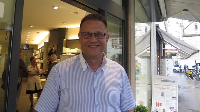 Der Apotheker Lorenz Schmid vor seinem Geschäft