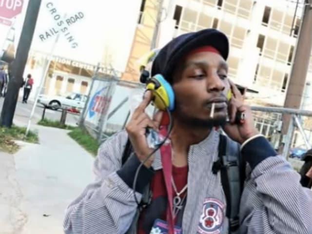 Der Rapper Del the Funky Homosapien mit Kopfhörern.
