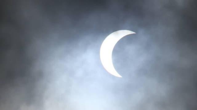 Bei einer partiellen Sonnenfinsternis schiebt sich der Mond teilweise vor die Sonne.