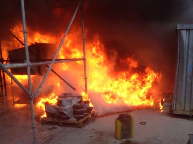 Flammen auf Baustelle
