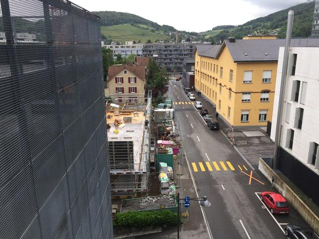 Baustelle und Parkhaus.