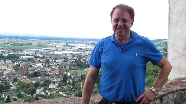 Mann in blauem Polo-Shirt auf einer Burg.