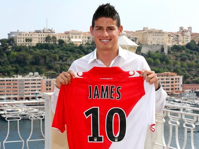 James Rodriguez präsentiert sein neues Trikot mit der Nummer des Spielmachers.