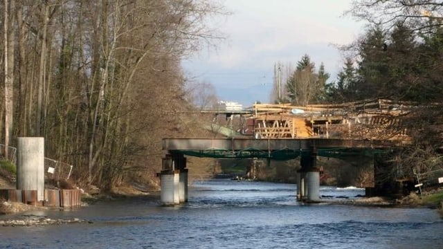 Pfeiler der Brücke der Zollfreistrasse ragen aus dem Fluss Wiese, die Konstruktion ist im Bau.