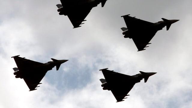 Aufnahme von vier Militärfliegern in Formation am Himmel.