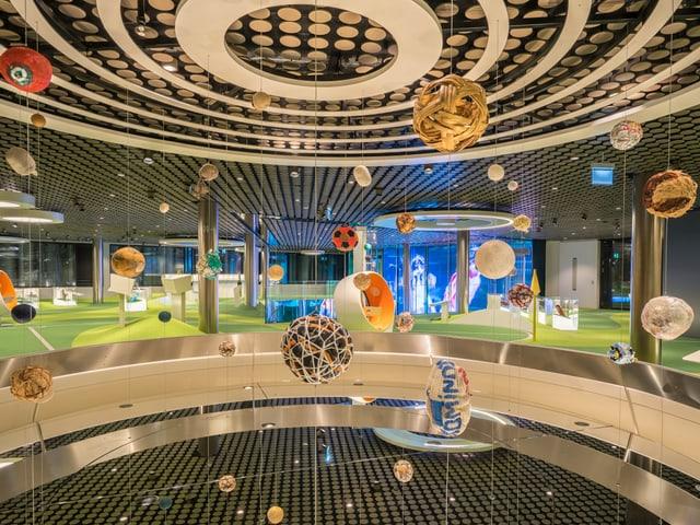 Eine Installation aus lauter Fussbällen an der Decke des FIFA-Museums.
