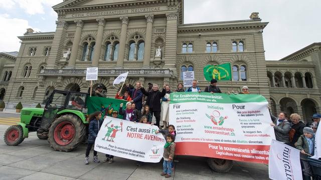 Initianten mit einem Traktor vor dem Bundeshaus in Bern.