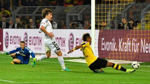 Pierre-Emerick Aubameyang (r.) trifft gegen den SC Freiburg.