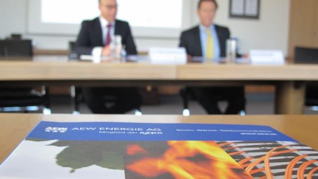 Unterlagen auf Tisch, im Hintergrund AEW-Chef Hubert Zimmermann
