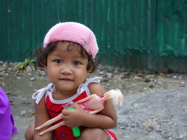 Kinder in solchen Siedlungen sind vielerlei Gefahren ausgesetzt...