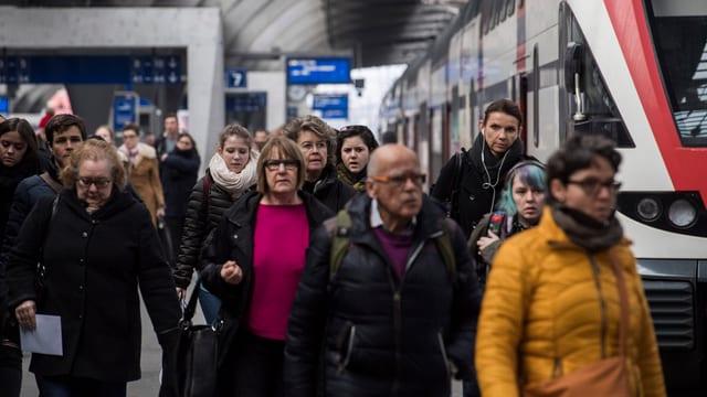 Menschen am HB Zürich.