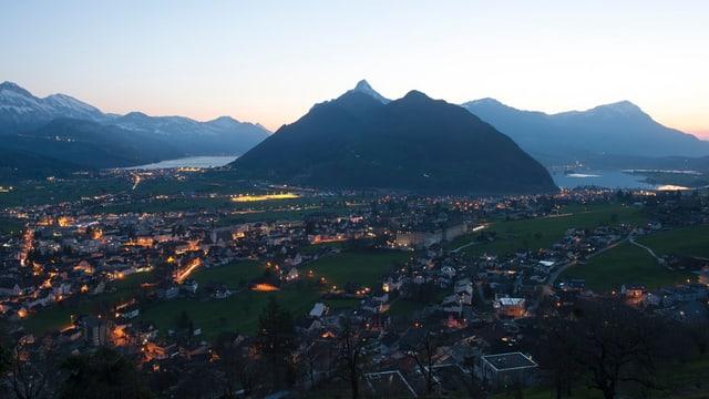 Blick auf Region Schwyz in Dämmerung.