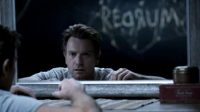 Dan (Ewan McGregor) liest im Spiegel die Botschaft «MURDER».