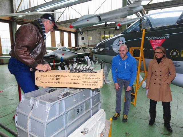 … das aber problemlos beseitigt werden kann. Keine Mühen werden für die Aufnahmen gescheut. Sogar Munition wird weggeräumt und zwar von Paul Ruppeiner, einem Gründungsmitglied des Fliegermuseums Altenrhein.