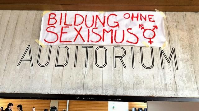 """Transparent mit der Aufschrift """"Bildung ohne Sexismus"""" im Auditorium"""