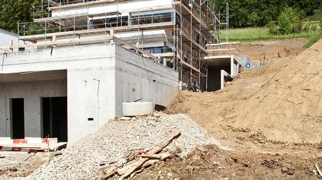 Haus im Bau, vorne sieht man eine grosse Garage, die zum Neubau gehört.