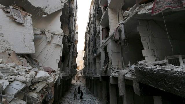 Zerbombtes Quartier in Aleppo, zwei engstehende Häuserreihen drohen einzustürzen.