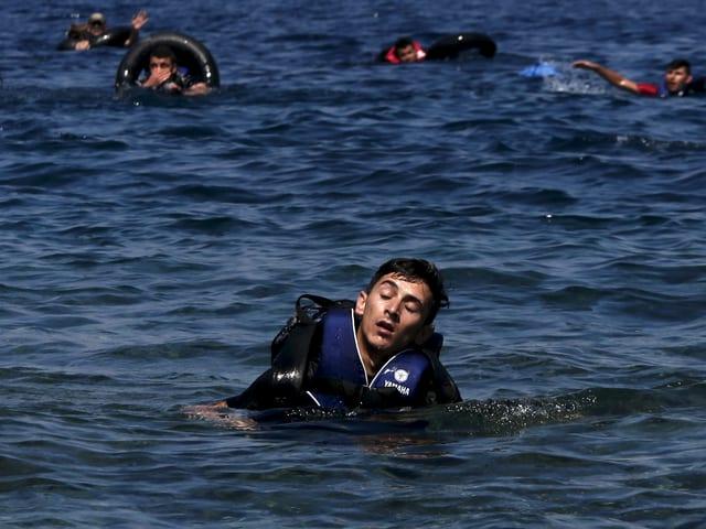 Ein Flüchtlinge im Meer schliesst vor Erschöpfung die Augen
