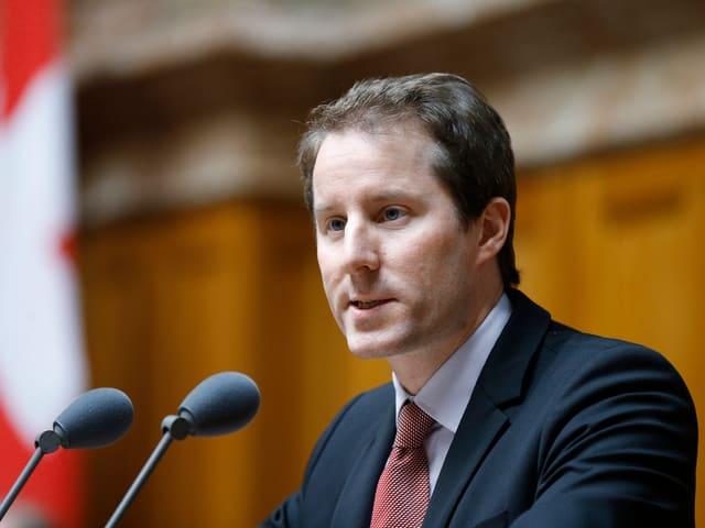 Thomas Aeschi am Rednerpult im Nationalrat