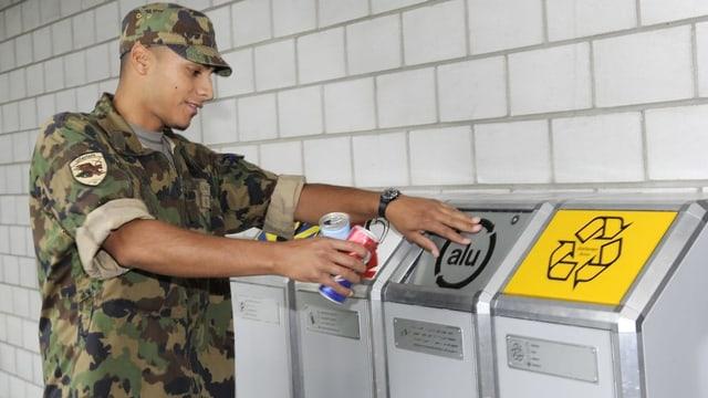 Soldat entsorgt Alu-Dose