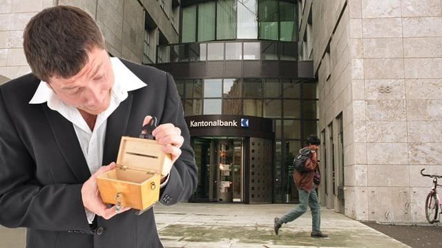 Mann steht mit offener Kasse vor dem Eingang der AKB.