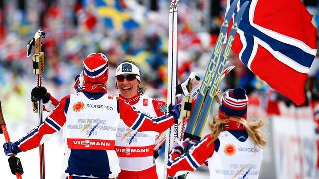 Heidi Weng, Therese Johaug, Astrid Jacobsen e Marit Björgen celebreschan lur victoria en la staffetta da las dunnas.