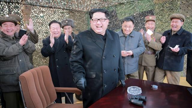 Kim Jon Un in einem Tarnzelt lachend.