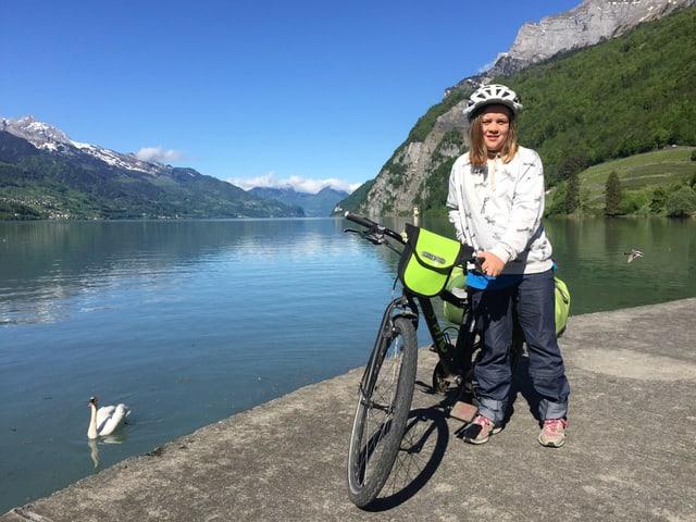 Mädchen mit Fahrrad am See