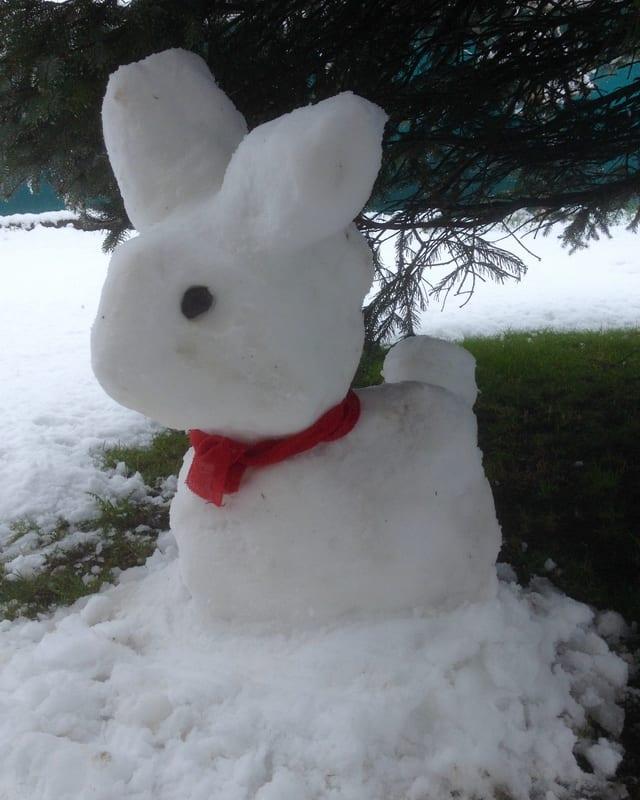 Ein Osterhase aus Schnee