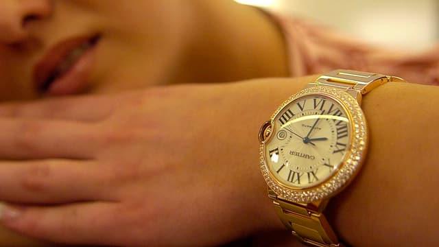 Eine Frau trägt eine Luxus-Armbanduhr.