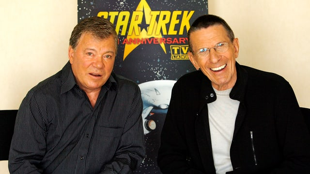William Shatner (links) und Leonard Nimoy lächelnd in die Kamera blickend.