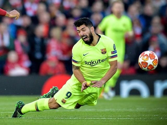 Luis Suarez fällt auf den Rasen.